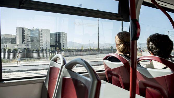Un autobús urbano a su paso por el Hospital del PTS.