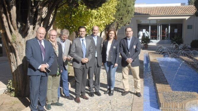 El alcalde de Granada junto al resto de representantes.