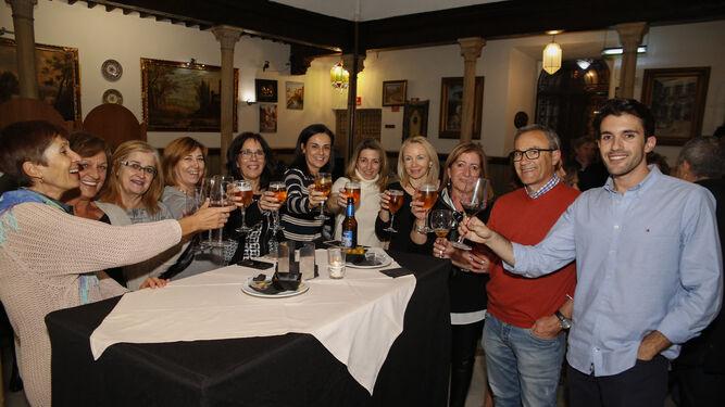 Los primeros grupos de amigos, familias y colegas profesionales ya han comenzado a celebrar sus almuerzos, en este caso en el Pilar del Toro.