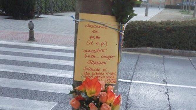 Flores en recuerdo del fallecido.
