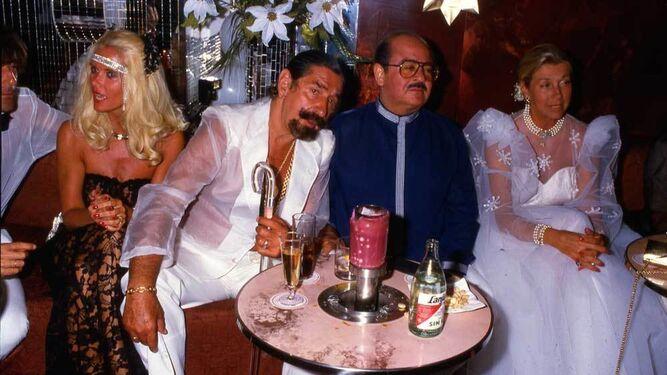 Una de las típicas fiestas ; de i. a dcha, Luis Ortiz, Gunilla, J. de Mora y Aragón, Khashoggi y su mujer.