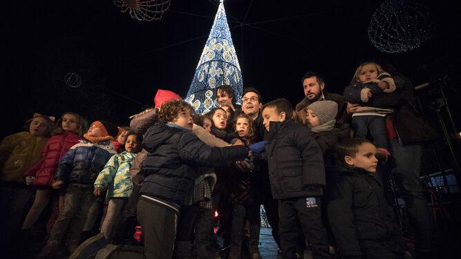 1. Los niños de los centros municipales Granada Educa encendieron la Navidad junto al alcalde. 2. El entorno de Puerta Real ya luce su bonito decorado de colores. 3. Como en años anteriores, los Reyes Magos situados en el entorno de la Fuente de las Batallas fueron protagonistas de los selfies. 4. Cervezas Alhambra encendió su árbol de 18 metros de altura y situado en el Paseo del Salón con un impresionante espectáculo musical y pirotécnico. 5. En el acto de encendido participaron varios coros que pusieron la nota musical al encuentro. 6. Este año también se ha instalado la pista de nieve en Paseo del Salón.