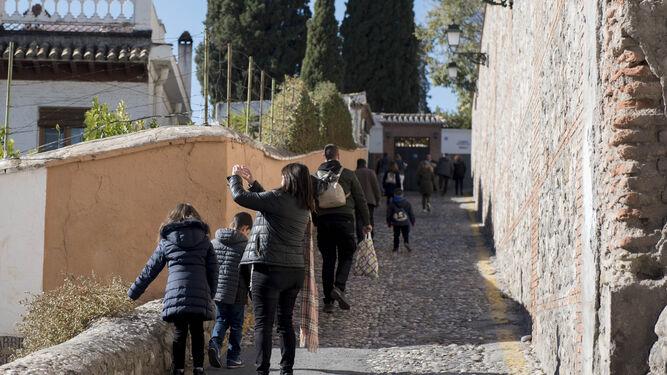 1. Los principales centros de atracción turística no dejaban ayer lugar a dudas: Granada es un destino prioritario para los viajeros durante los puentes festivos y los fines de semana. 2. El turismo en familia es clave, sobre todo por la cercanía de las fiestas navideñas. 3 y 6. Espectáculo flamenco 'improvisado' para los turistas en pleno Albaicín. 4. La ocupación media en la capital para el puente es del 75%, pero crecerá durante las tres últimas jornadas. 5. Esta cita turística también es clave para el sector hostelero, que hace su agosto con la afluencia de viajeros y el buen tiempo.