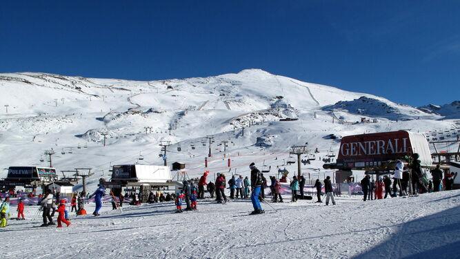La estación de esquí granadina es un destino preferente para los amantes de la nieve durante el puente.