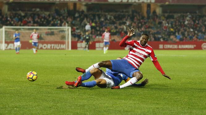 Un jugador del Almería evita la progresión de Adrián Ramos en un lance del encuentro de ayer.