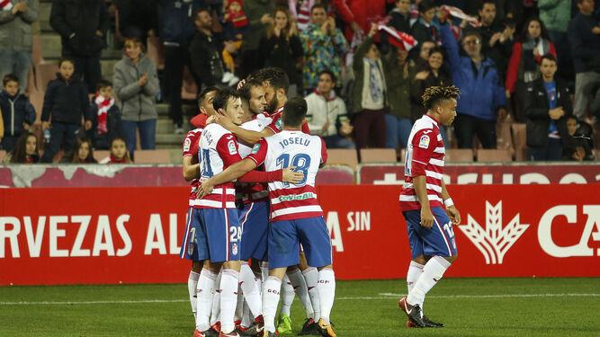 Víctor Díaz es felicitado por varios compañeros tras marcar.