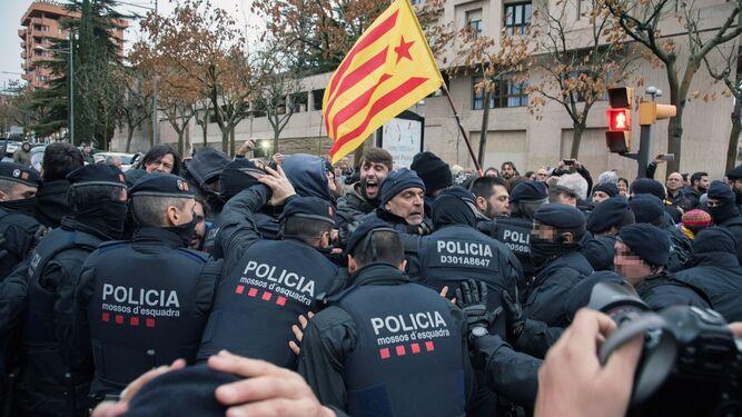 Los Mossos cargan contra los manifestantes en Lérida