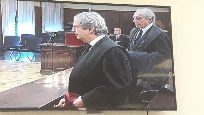 Captura de pantalla desde la sala de prensa en la que se ve a Chaves al fondo