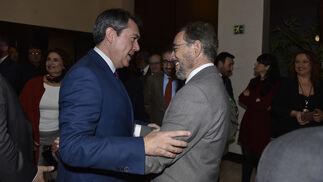 Juan Espadas conversa con Felipe López.