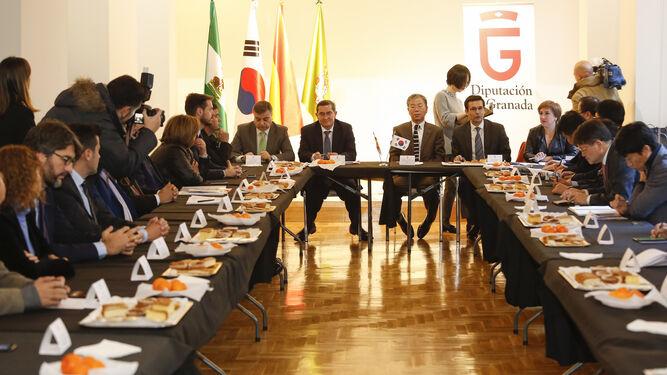 Reunión entre representantes coreanos y granadinos en la sede del Patronato de Turismo.