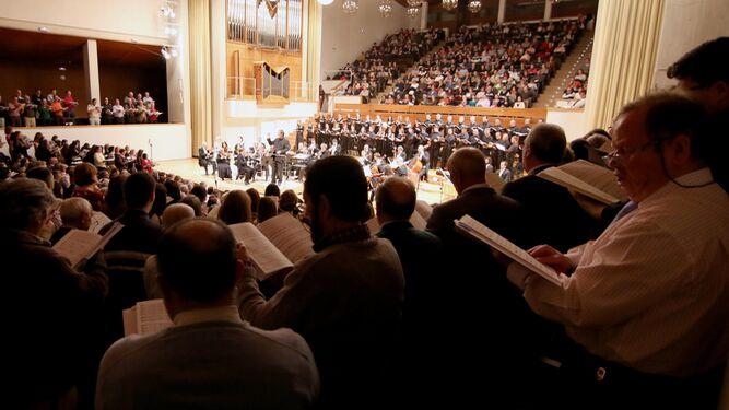 El tradicional concierto protagonizado por la OCG y los coros de la provincia se celebra en Granada desde hace 15 años.