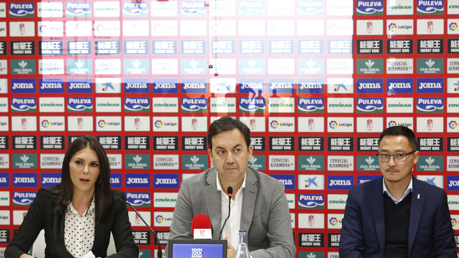 Paula de la Peña, Antonio Fernández Monterrubio y Kangning Wang, durante la presentación de la campaña.
