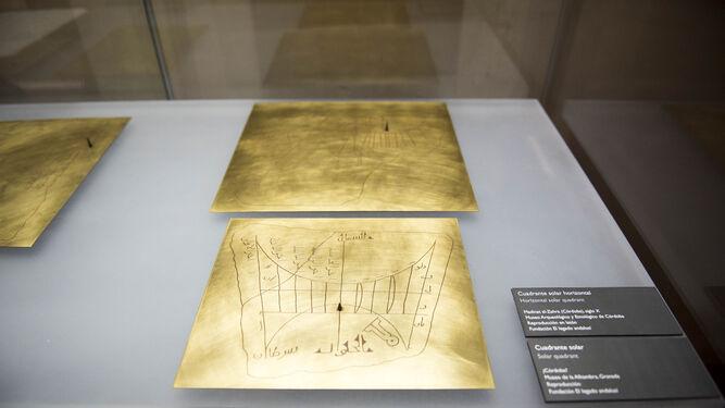 La exposición contiene instrumentos de astronomía, maquetas de arquitectura y tratados.
