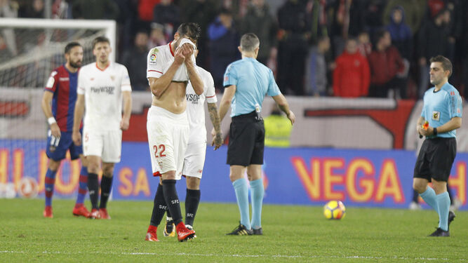 Franco Vázquez se tapa la cara con la camiseta en un gesto de desesperación al finalizar el encuentro.