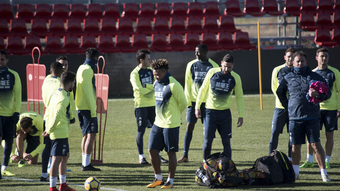 Kunde pelotea con Iriondo antes del comienzo de uno de los entrenamientos de esta semana en la Ciudad Deportiva.