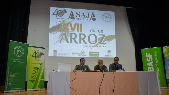 El presidente de Asaja-Sevilla, Ricardo Serra, entre el presidente de la Federación de Arroceros de Sevilla, Mauricio Soler, y el alcalde de Isla Mayor, Juan Molero.