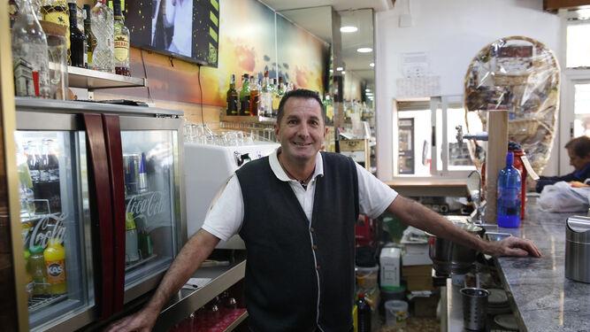 Jesús Cobo tras la barra del bar que regenta en el barrio del Zaidín.
