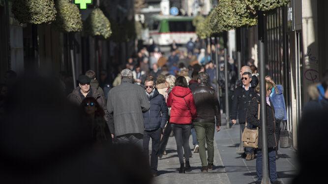 Numerosos granadinos aprovecharon la apertura de los establecimientos para hacer las últimas compras de la Navidad.