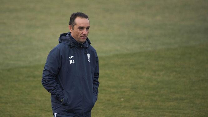 José Luis Oltra observa a sus jugadores durante el comienzo del entrenamiento de ayer en la Ciudad Deportiva.