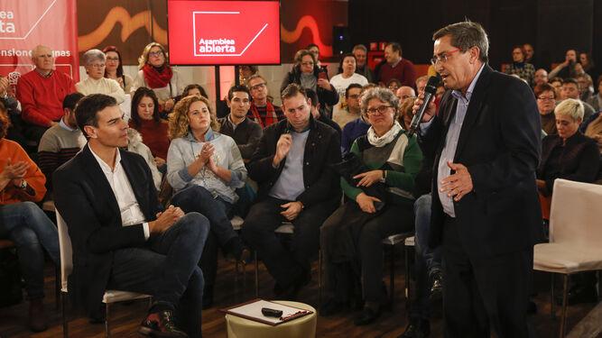 Pedro Sánchez sigue la intervención de José Entrena.