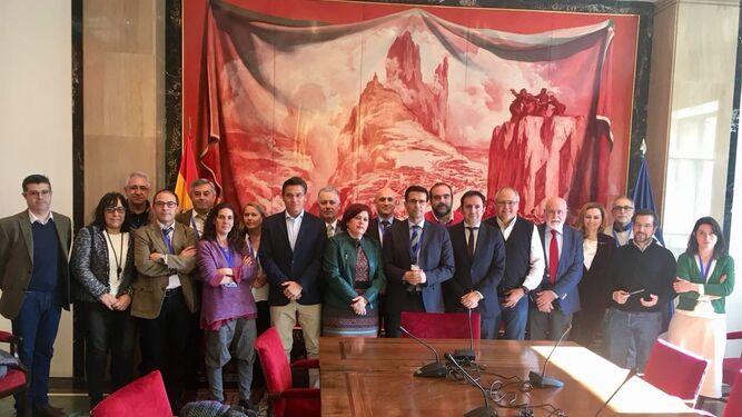 Representantes de la Mesa del Ferrocarril, junto a distintos diputados granadinos en el Congreso.
