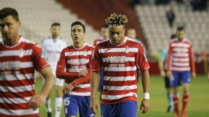 Decepción en las caras de los jugadores del Granada.