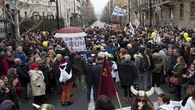 La plataforma Pro-soterramiento de Murcia entra en la Gran Vía para encontrarse con los manifestantes de Granada.