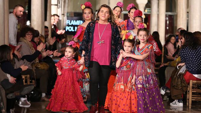 La diseñadora Delia Núñez, en el final del desfile coral de las marcas Carmen Acedo, Rocío Peralta y Nueve 9.