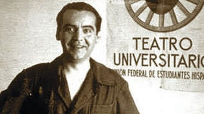 Lorca con el mono característico de La Barraca.