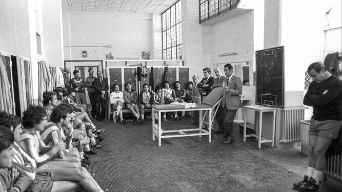 En el vestuario se dirige a los jugadores en huelga.