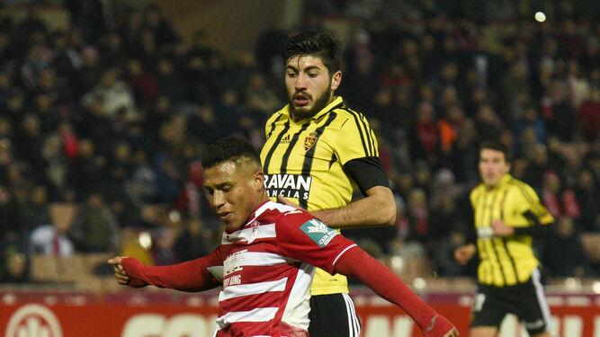 Machís se dispone a golpear la pelota presionado por un jugador del Zaragoza.