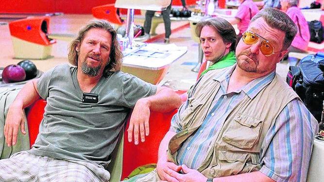 1. Jeff Bridges, Steve Buscemi y John Goodman, en la bolera de 'El gran Lebowski' (1998). 2. Javier Bardem, en 'No es país para viejos' (2007). 3. Frances McDormand, en 'Fargo (1996). 4. Nicolas Cage, protagonista de 'Arizona Baby' (1987).
