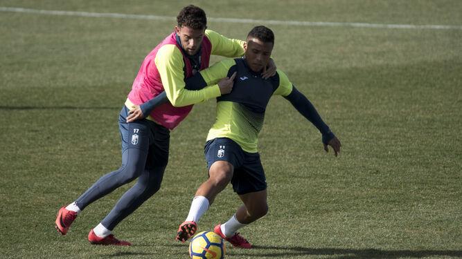 Quini y Machís pugnan por la pelota durante un entrenamiento de esta semana. / CARLOS GIL