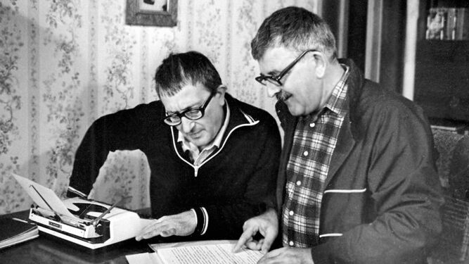 Arkadi (1925-1991) y Borís (1933-2012) Strugatski , en plena escritura compartida.