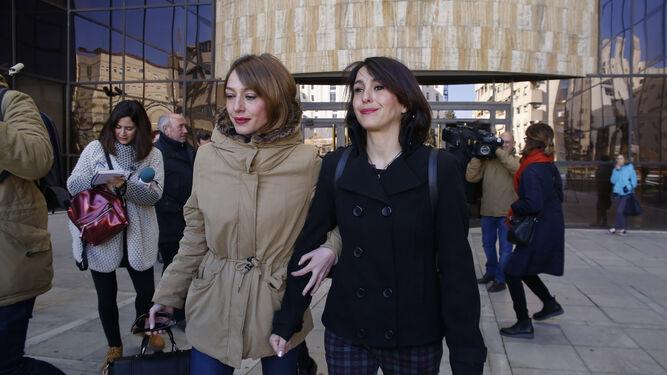 Juana Rivas acudió a la vista celebrada ayer junto a su hermana y su abogado, Juan de Dios Ramírez.