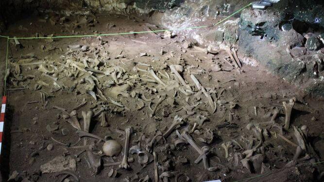 1. Restos hallados en la Cueva de Biniadrís. 2. Exterior de la gruta en el que se han descubierto cabellos tintados que forman parte de un ritual fúnebre desconocido.  3. Las arqueólogas Eva Alarcón y Alba Torres trabajan en las excavaciones.