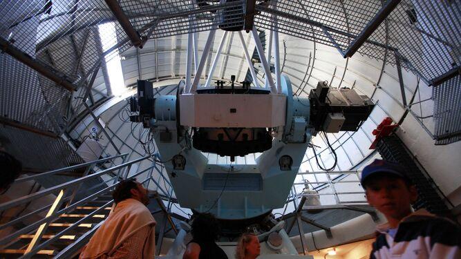 1. . Visita escolares que han participado en una ruta guiada por el interior de las instalaciones del Observatorio de Calar Alto . 2. Instalación del Observatorio de Sierra Nevada, dependiente del IAA. 4. Marcos Villaverde explica cómo es el centro de Calar Alto a un grupo de personas con discapacidad.