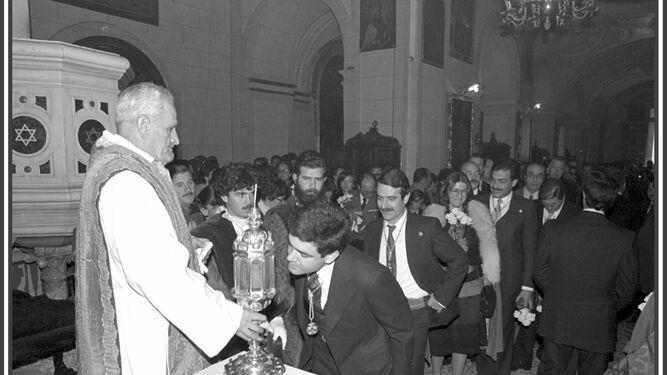 José Miguel besa las cenizas de San Cecilio.