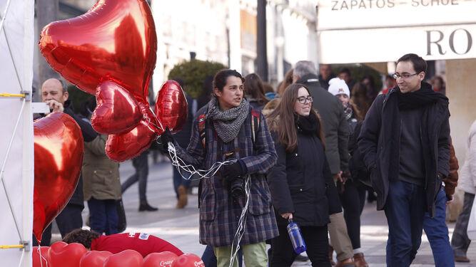 Las bajas temperaturas no reducen las ganas de pasear por las calles de Granada.
