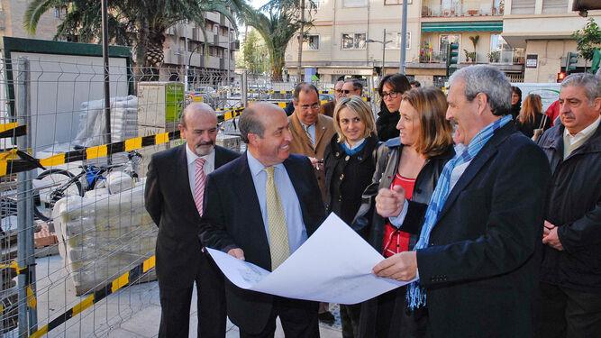 El Ayuntamiento remodeló la calle Obispo Hurtado en 2011 y el propio alcalde, junto a la edil de Urbanismo, acudieron a supervisar las obras.