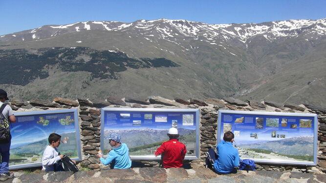 Imagen de archivo de una actividad de educación ambiental con escolares en la Sierra.