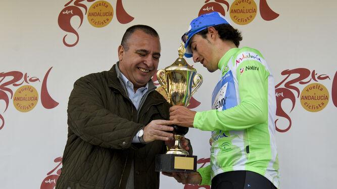 El responsable de Deportes de Granada Hoy, Pablo Quílez, entrego el premio a José Manuel Díaz como mejor andaluz.
