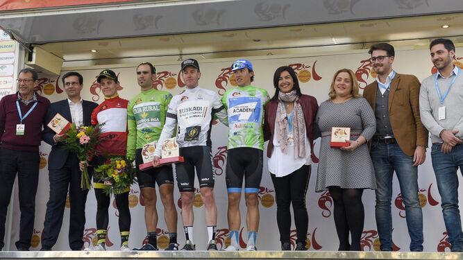 Al final de la entrega de premios se realizó la foto de familia en la que los vencedores estuvieron acompañados por las autoridades de Granada y los organizadores de la ronda andaluza.