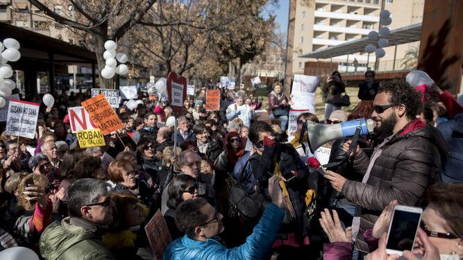 La asociación Justicia por la Sanidad convocó ayer una concentración frente al Virgen de las Nieves.