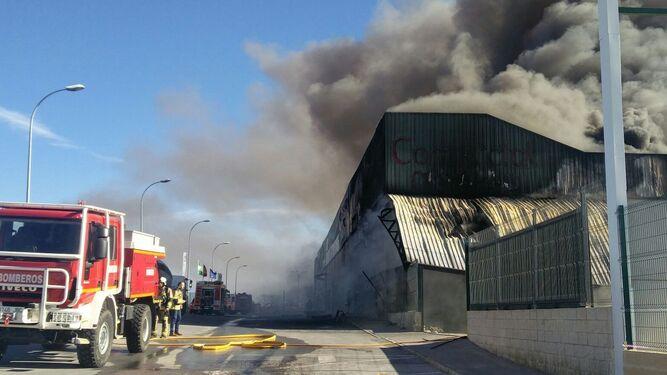 El incendio quedó controlado, aunque no extinguido, poco antes de las 20:00 horas.