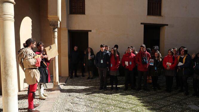 1. Los organizadores y representantes del Colegio Divino Maestro, uno de los centros que participa en el concurso. 2. Actuación musical ofrecida ayer. 3. La asociación Granada13artes recita poemas y toca canciones árabes.