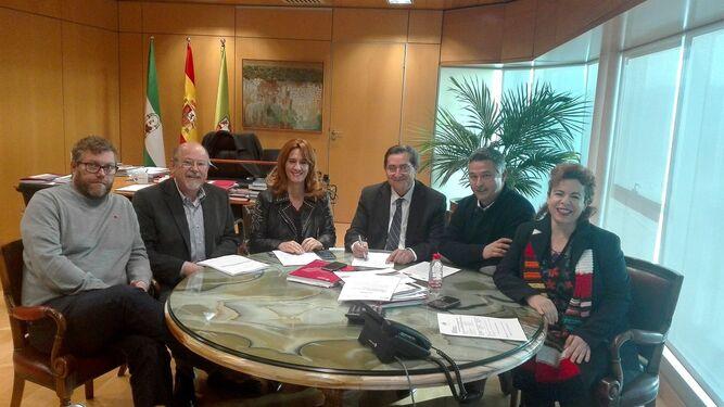 José Entrena junto a representantes de IU y Vamos, Granada.