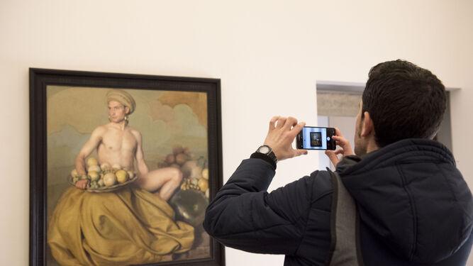 'Dios de la fruta', en la fotografía, muestra los tres géneros pictóricos en los que destacó el pintor: el retrato, el bodegón y el desnudo.