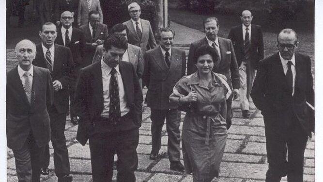 Dirigiéndose a las Cortes entre Federico Mayor Zaragoza y Leopoldo Calvo Sotelo.