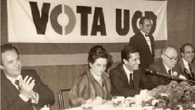 Moll en un acto de la UCD entre Adolfo Suárez y Arturo Moya.